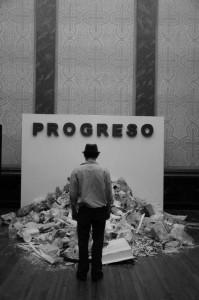 """""""Progreso"""". Instalación site-especific en el marco de la propuesta del grupo """"Chatarra"""" de utilizar elementos reciclados y /o reutilizados para la producción de obra. Córdoba, 2013"""